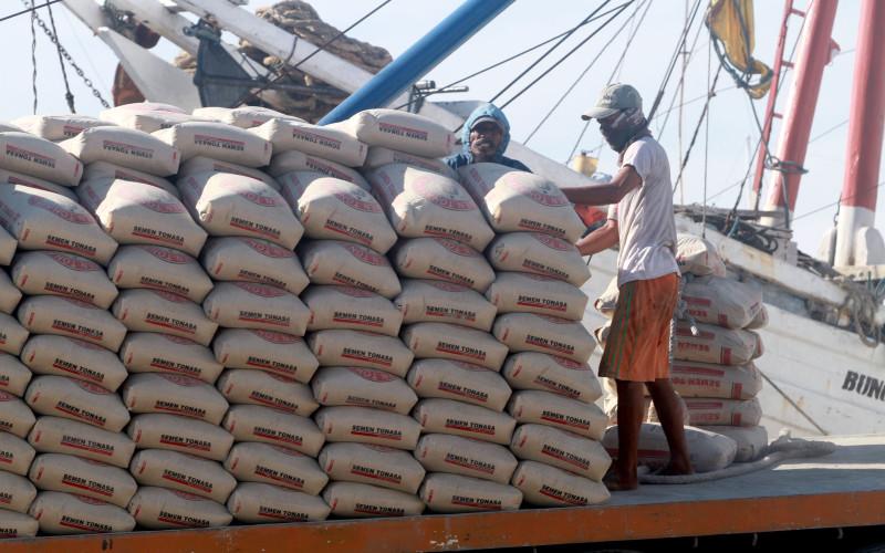 Pekerja memindahkan semen untuk diangkut ke kapal di Pelabuhan Paotere, Makassar, Sulawesi Selatan, Selasa (25/2).  - BISNIS.COm