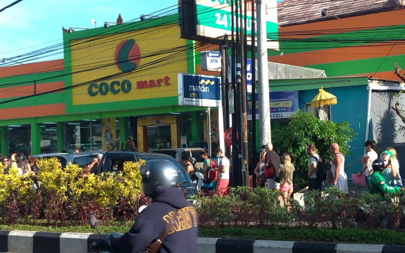 Ratusan WNA Atre mengurus 'Izin Tinggal Keadaan Terpaksa' di Kantor Imigrasi Ngurah Rai. Antrean meluber hingga ke jalan di luar lokasi kantor. Forto: twitter BaleBengong