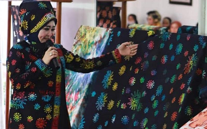 Ketua Dekranasda Pesisir Selatan, Lisda Hendrajoni saat mengenakan dan memperlihatkan Batik Motif Corona yang diperkenalkan di Pndopo Rumah Dinas Bupati Pesisir Selatan, Selasa (19/1/2021). - Istimewa