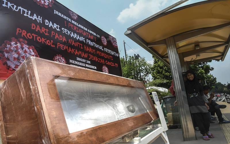 Peti mati berisi replika jenazah korban Covid-19 di kawasan Tanjung Barat, Jakarta, Sabtu (5/9/2020). Pemerintah terus berupaya melakukan kampanye peringatan bahaya Covid-19 bagi masyarakat guna menekan angka positif dan kematian akibat virus tersebut. ANTARA FOTO/Muhammad Adimaja - pras.\r\n\r\n