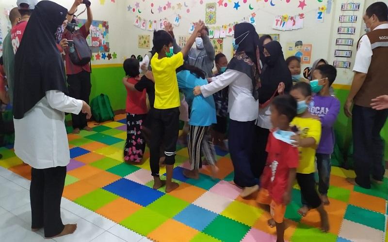 Anak-anak pngungsi Sulbar dari Jawa dan Kalimantan tengah bermain diUPT PPRSA Inang Mamutu, Rabu (20/1/2021) - Wahyu Susanto