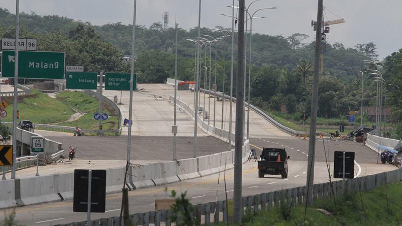 Kendaraan melintasi proyek jalan tol Malang-Pandaan. - Antara/ Ari Bowo Sucipto