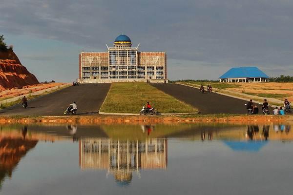 Warga beraktivitas di kawasan proyek pembangunan gedung perkantoran Pemerintah Kota Pekanbaru di Kecamatan Tenayan Raya Pekanbaru, Riau, Kamis (21/9). - ANTARA/Rony Muharrman