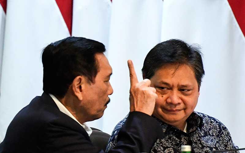 Menko Perekonomian Airlangga Hartarto (kanan) berbincang dengan Menko Maritim dan Investasi Luhut Panjaitan (kiri) sebelum mengikuti rapat terbatas (ratas) di Kantor Presiden, Jakarta, Senin (9/3/2020). Ratas tersebut membahas  kerangka ekonomi makro dan pokok-pokok kebijakan fiskal tahun 2021 dan rencana kerja pemerintah tahun 2021. ANTARA FOTO - Hafidz Mubarak A