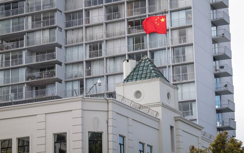 Bendera China berkibar di luar gedung Konsulat Jenderal di San Francisco pada 23 Juli 2020 - Bloomberg