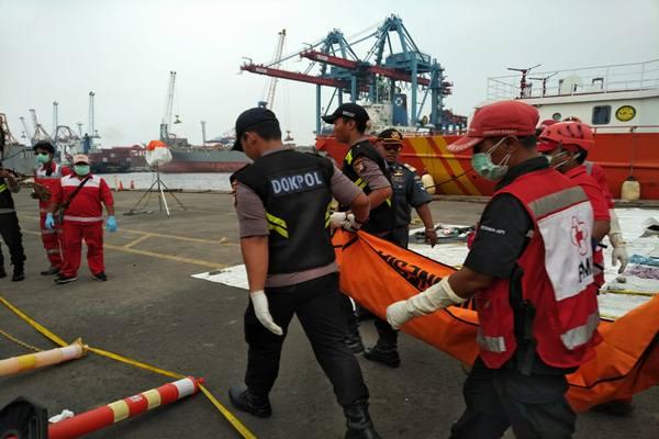 Tim gabungan SAR mengevakuasi kantong jenazah korban pesawat tenggelam Lion Air JT-610./JIBI - BISNIS/Sholahuddin Al Ayubi