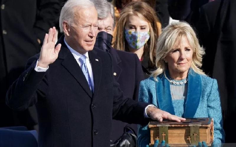 Joe Biden (kiri) saat dilantik sebagai Presiden ke-46 Amerika Serikat di Front Barat Capitol AS di Washington, Amerika Serikat, Rabu (20/1/2021). - Antara/Reuters\r\n