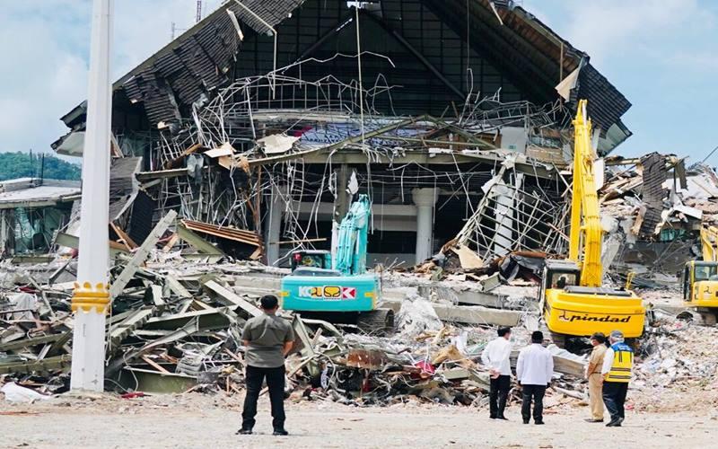 Presiden Joko Widodo meninjau Kantor Gubernur Sulawesi Barat yang mengalami kerusakan karena gempa di Mamuju, Provinsi Sulawesi Barat, Selasa (19/1/2021). - Biro Pers Sekretariat Presiden