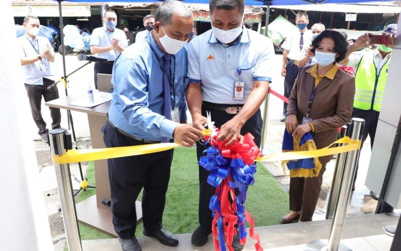 Direktur Umum Sritex Mayjend TNI (Purn) Supartodi, didampingi oleh Pemimpin Bank Jateng Cabang Sukoharjo Agus Hastono memotong pita sebagai tanda peresmian operasional mesin ATM Bank Jateng di kawasan pabrik Sritex di Sukoharjo, Selasa (19/1 - 2021).