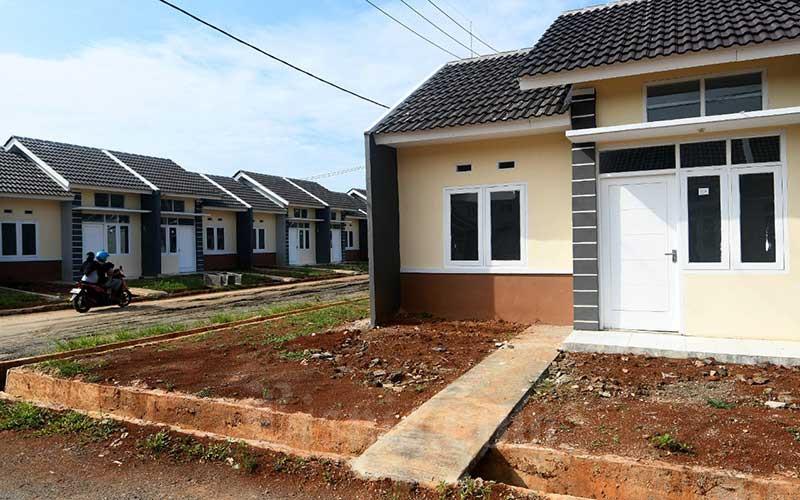 Warga melintas di proyek pembangunan rumah bersubsidi di Klapanunggal, Kabupaten Bogor, Rabu (27/5/2020)./Bisnis - Abdurachman