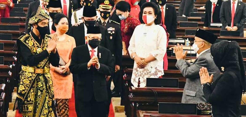 Presiden Joko Widodo (kiri) bersama Wakil Presiden Ma'ruf Amin menyapa anggota DPR saat mengahadiri Sidang Tahunan MPR dan Sidang Bersama DPR-DPD di Jakarta, Jumat (14/8/2020). - Biro Pers Sekretariat Presiden/Muchlis Jr