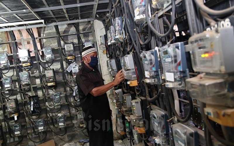 Ilustrasi petugas memeriksa meteran listrik./Bisnis - Eusebio Chrysnamurti