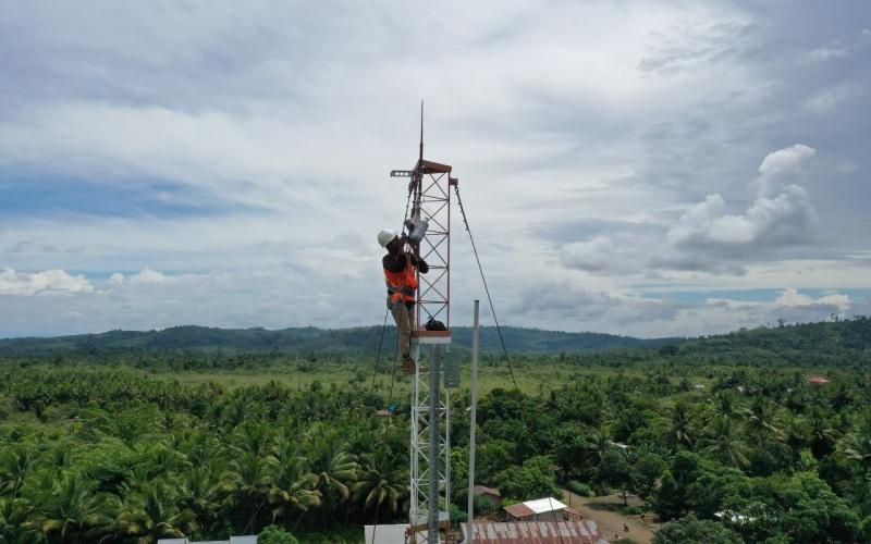 Petugas Telkomsel meninjau peningkatan kapasitas jaringan di salah satu BTS di Sumatra Bagian Selatan. - Istimewa