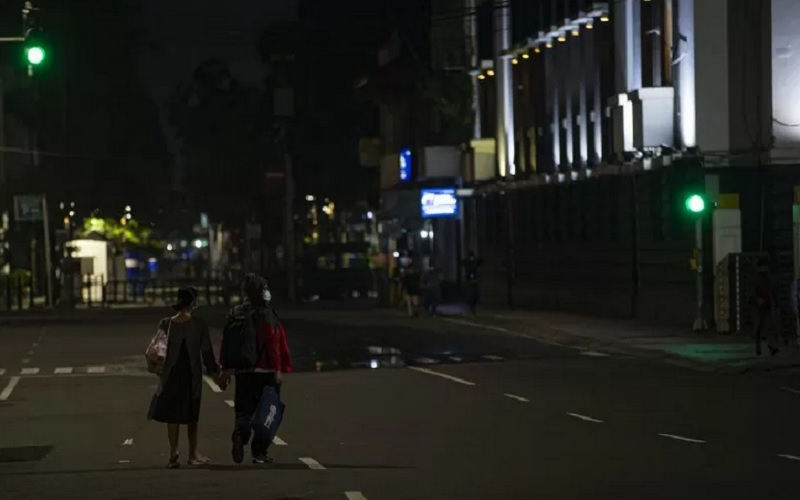 Warga berjalan melewati Jalan Pintu Besar Utara yang ditutup karena kebijakan Pemberlakuan Pembatasan Kegiatan Masyarakat (PPKM) di Kota Tua, Jakarta, Kamis (21/1/2021). - Antara\r\n