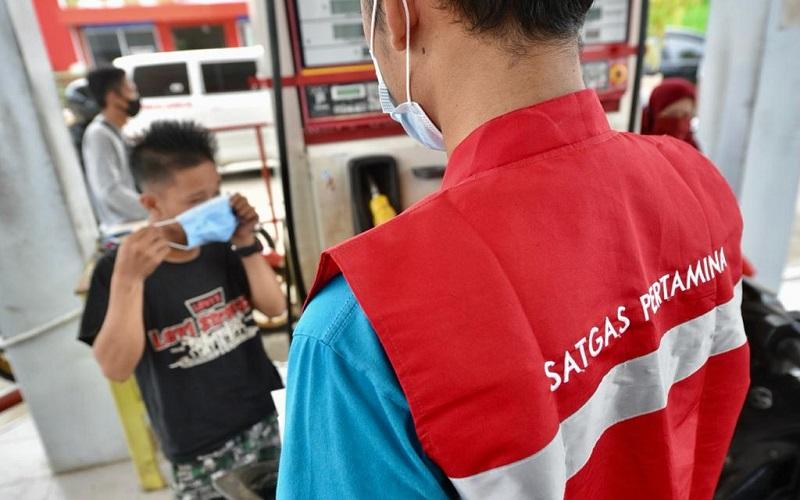 Petugas PT. Pertamina membagikan masker di lokasi bencana alam gempa bumi Sulbar - Istimewa