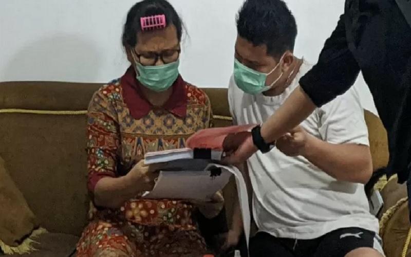 Terpidana kasus korupsi kegiatan fiktif di Kantor Kementerian Kesehatan, Nurdiana, diamankan Tim Tabur Kejaksaan RI di Kota Bekasi, Jawa Barat, Kamis (21/1/2021). - Antara\r\n
