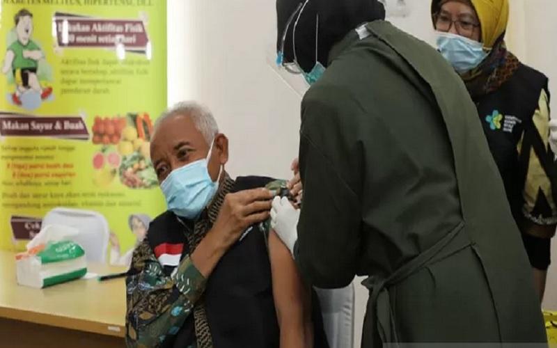 Bupati Sleman Sri Purnomo menjalani vaksinasi Covid-19 seusai meluncurkan program vaksinasi di Puskesmas Ngemplak II pada Kamis (14/1/2021). - Antara