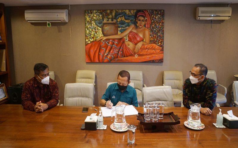 Penandatanganan Perjanjian kerjasama yang dihadiri Regional Head Bank Danamon Bali, Agus Indrawan (kanan), Regional SME Head Bali Nusra, I Wayan Ardika (kiri) dan Direktur Utama BPR Lestari Bali, Pribadi Budiono (tengah) dilangsungkan secara simbolis di Kantor Pusat BPR Lestari di bilangan Teuku Umar Denpasar, Bali dengan memperhatikan protokol kesehatan, Jumat (22/1/2021).  -  Dok. Bank Danamon