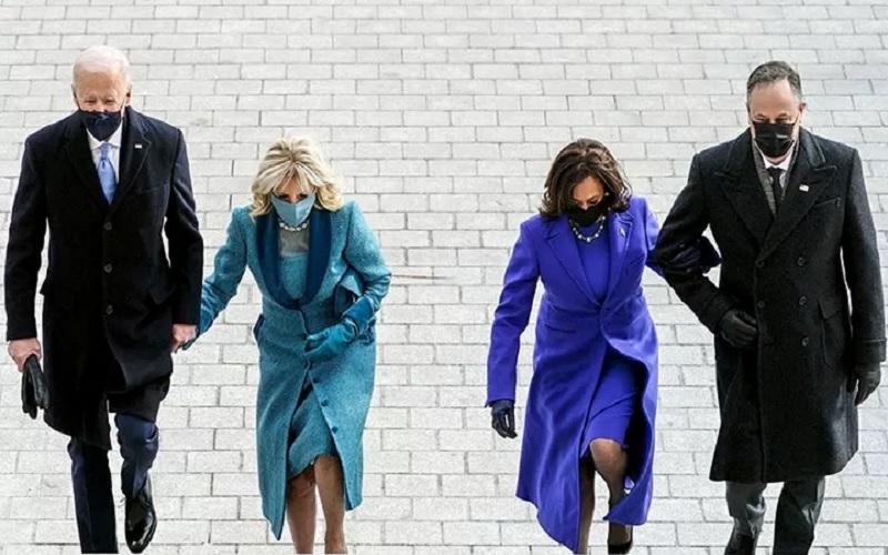 Presiden terpilih Joe Biden, Jill Biden, Wakil Presiden terpilih Kamala Harris and Doug Emhoff, tiba di gedung Capitol menjelang pelantikan Presiden ke-46 AS di Washington, AS, Rabu (20/1/2021). - Antara/Reuters\r\n