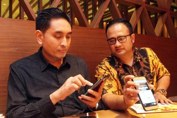 CEO Azana Hotel & Resorts Management Dicky Sumarsono (kiri) bersama Business Development Manager Agus Haryanto memperlihatkan aplikasi Azana Traveller Apps, di Jakarta, Kamis ( 18/1). - JIBI/Endang Muchtar