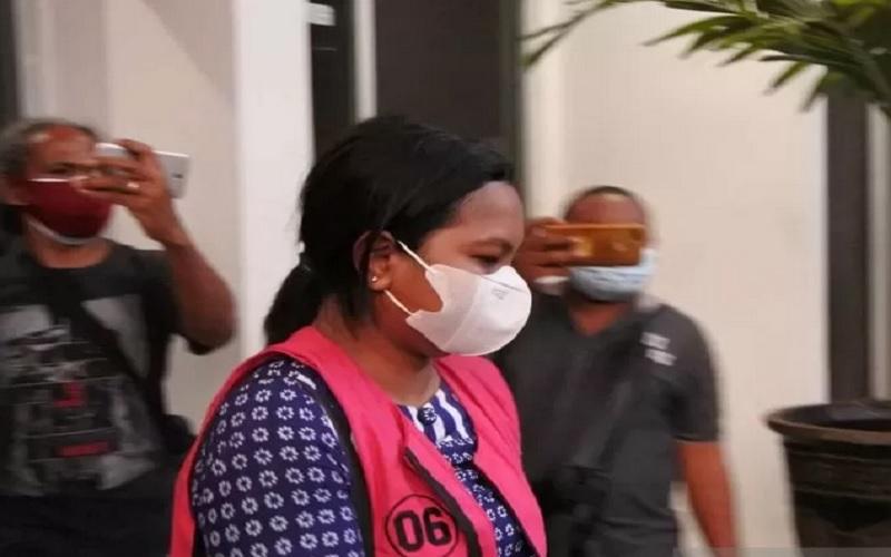 Penyidik Kejaksaan Tinggi Nusa Tenggara Timur (NTT) melakukan penahanan terhadap TKD salah seorang notaris, karena diduga ikut terlibat dalam kasus penjualan aset tanah di Labuan Bajo, Kabupaten Manggarai Barat. - Antara\r\n