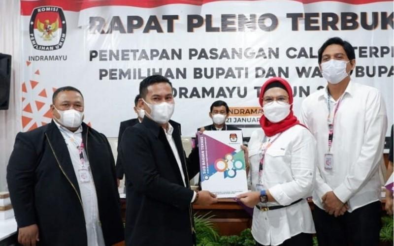 Nina Agustina (kedua kanan) dan Lucky Hakim (kanan) ditetapkan sebagai Bupati serta Wakil Bupati Indramayu terpilih untuk periode 2020-2025 - Istimewa