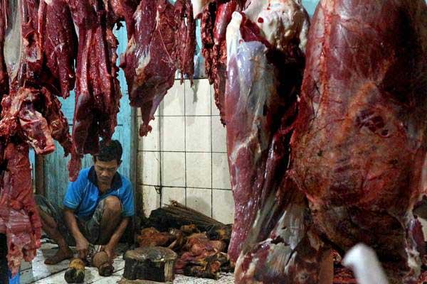Pedagang memotong daging sapi di Pasar Kota, Bojonegoro, Jawa Timur, Kamis (8/6). - Antara/Aguk Sudarmojo