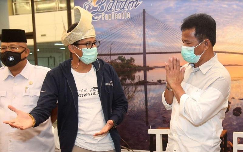 Menteri Pariwisata dan Ekonomi Kreatif (tengah) Sandiaga Uno saat kunjungan kerja di Batam, Jumat (22/1/2021). - Bisnis/Bobi Bani