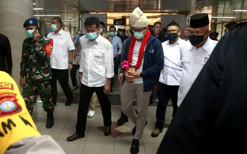 Menteri Pariwisata dan Ekonomi Kreatif (Menparekraf) Sandiaga Uno meninjau penerapan protokol kesehatan di Bandara Hang Nadim Batam, Jumat (22/1/2021) pagi. - Bisnis/Bobi Bani