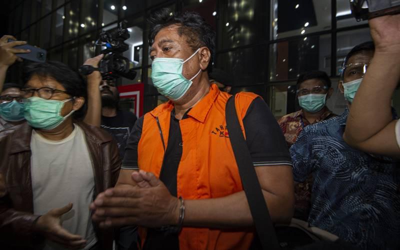Direktur PT Dua Putra Perkasa (DPP) Suharjito (tengah) berjalan menuju mobil tahanan usai menjalani pemeriksaan terkait kasus dugaan korupsi ekspor benih lobster di Gedung KPK, Jakarta, Kamis (26/11/2020) dini hari. KPK menetapkan tujuh tersangka dalam kasus dugaan korupsi tersebut, dua di antaranya yakni Menteri Kelautan dan Perikanan Edhy Prabowo dan Direktur PT DPP Suharjito. - Antara