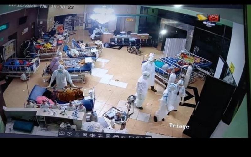 Foto tangkapan layar CCTV Lobi RSUD Saiful Anwar Malang, Jawa Timur diambil pada Kamis (17/12/2020) pukul 19.38 WIB. Foto itu menunjukkan sejumlah pasien Covid-19 terpaksa dirawat di Lobi RSUD Saiful Anwar Malang, Jawa Timur. - Istimewa