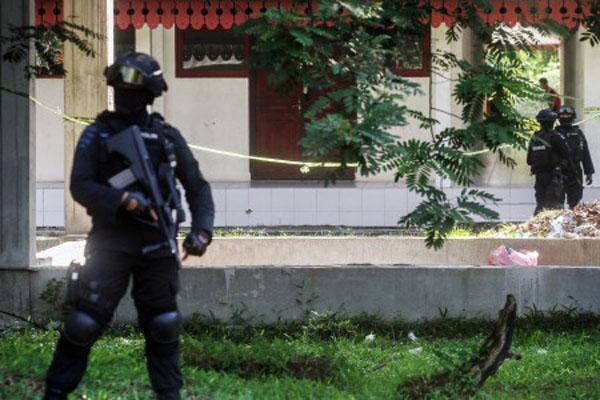 Tim Densus 88 bersama tim Gegana Brimob Polda Riau berjaga di area penggeledahan gedung Gelanggang Mahasiswa Kampus Universitas Riau (Unri) di Pekanbaru, Riau, Sabtu (2/6/2018). Penggeledahan itu berkaitan dengan dugaan adanya jaringan teroris. - Antara/Rony Muharrman