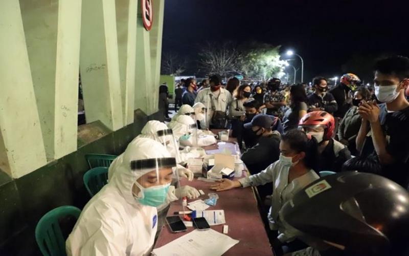 Ratusan warga menjalani rapid test yang digelar Pemkot Surabaya di bawah Jembatan Suramadu sisi Surabaya, Sabtu (12/9/2020) malam. - Antara