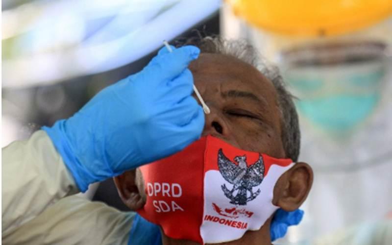 Ilustrasi-Petugas medis mengambil sampel usap hidung dan tenggorokan dalam pemeriksaan untuk mendeteksi penularan Covid-19 di Gedung DPRD Sidoarjo, Jawa Timur, Rabu (26/8/2020). - Antara/Umarul Faruq\r\n\r\n