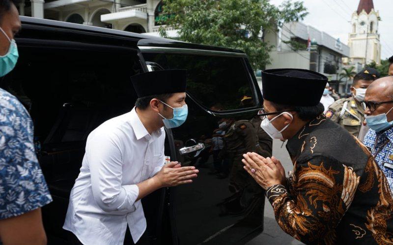 Wakil Gubernur Jawa Timur, Emil Elestianto Dardak (kiri) disambut Wali Kota Malang Sutiaji di Masjid Agung Jami Kota Malang untuk menunaikan salat Jumat (22/1/2021).  -  Istimewa