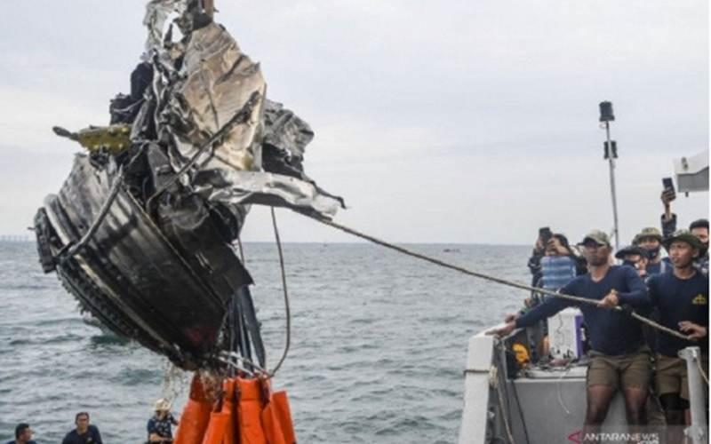 Sejumlah penyelam TNI AL menarik puing yang diduga turbin dari pesawat Sriwijaya Air SJ 182 ke atas KRI Rigel-933 di perairan Kepulauan Seribu, Jakarta, Senin (11/1/2021). - Antara/M Risyal Hidayat
