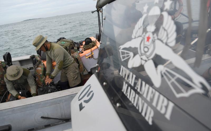 Prajurit Batalyon Intai Amfibi 1 Korps Marinir (Yontaifib) TNI AL bersiap melakukan penyelaman untuk pencarian pesawat Sriwijaya Air SJ 182 yang hilang kontak di perairan Kepulauan Seribu, Jakarta, Minggu (10/1/2021). Pesawat Sriwijaya Air SJ 182 yang hilang kontak pada Sabtu (9/1/2021) sekitar pukul 14.40 WIB di ketinggian 10 ribu kaki tersebut membawa enam awak dan 56 penumpang.  - ANTARA