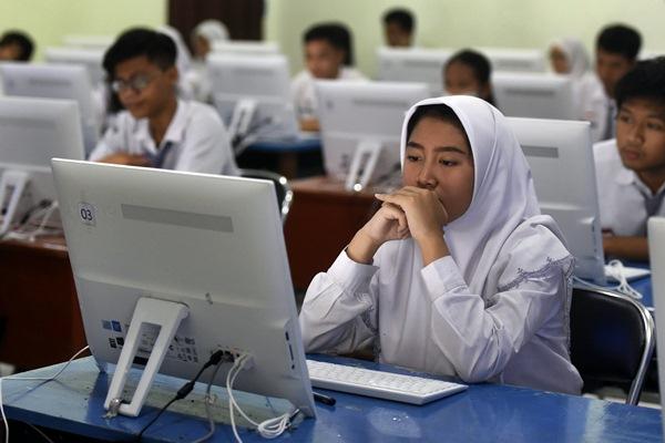 Ilustrasi - Siswa mengikuti Ujian Nasional Berbasis Komputer (UNBK) di SMAN 2 Surabaya, Jawa Timur, Senin (10/4). - Antara/Zabur Karuru
