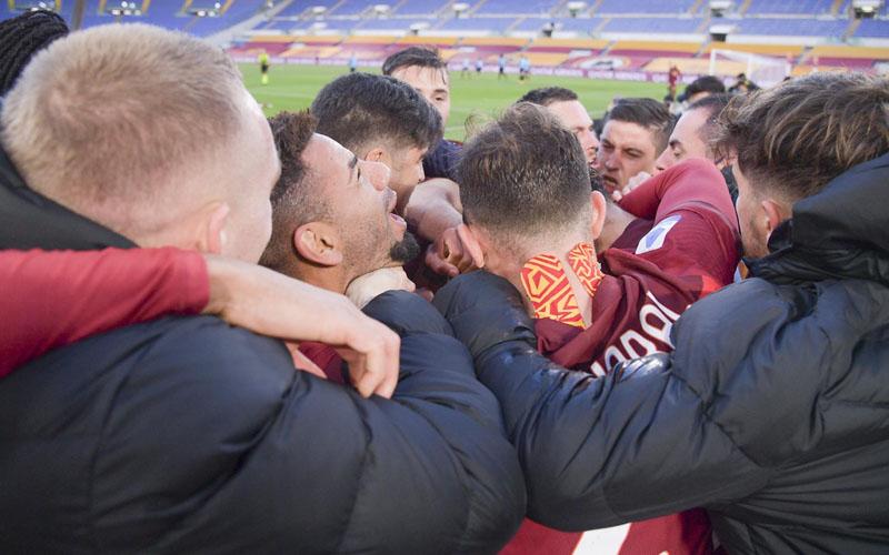 Skuad AS Roma merayakan kemenangan dramatas atas Spezia. - Twitter@ASRomaEN