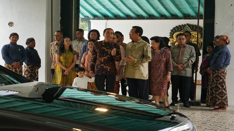 Presiden Joko Widodo (kelima kanan) bersama keluarga berdialog dengan Raja Keraton Yogyakarta Sri Sultan HB X (keempat kanan) saat berkunjung ke Keraton Yogyakarta, Jumat (7/6/2019). Kunjungan tersebut dalam rangka silaturahmi. - Antara