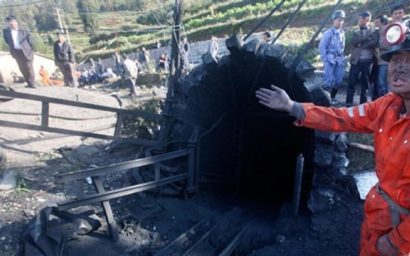 Ilustrasi - Seorang petugas penyelamat menghentikan warga yang berusaha mendekati gerbang tambang setelah terjadi kebocoran gas di Shizong, provinsi Yunnan, China, Kamis (10/11)/Foto Antara/Reuters - China Daily