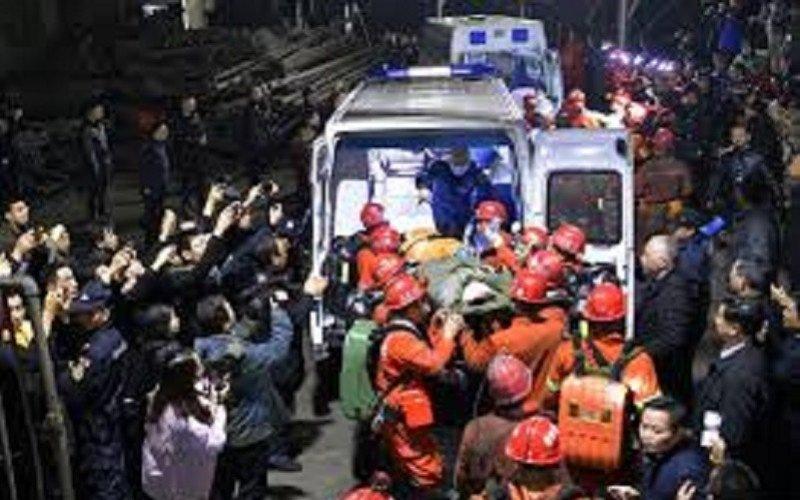 dokumentasi : Tim penyelamat memindahkan seorang korban selamat ke sebuah ambulans di tambang batubara Shanmushu milik Sichuan Coal Industry Group, menyusul kecelakaan banjir di tambang pada hari Sabtu, di Yibin, provinsi Sichuan, China, Rabu (18/12/2019)/Antara Foto/China Daily via REUTERS/wsj - cfo