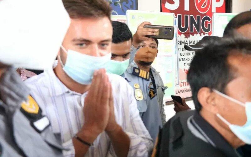 Proses pendeportasian Sergei Kosenko di Imigrasi Ngurah Rai, Badung, Bali, Minggu (24/01/2021). - Antara/Humas KemenkumHAM Bali.