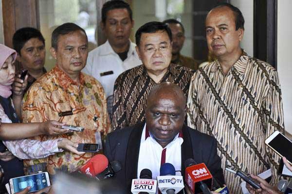 Natalius Pigai (tengah bawah), semasa menjabat Komisioner Komnas HAM, menjawab pertanyaan wartawan seusai melakukan pertemuan dengan Menko Polhukam Wiranto di Jakarta, Jumat (9/6). - Antara/Hafidz Mubarak A
