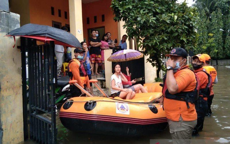 Personel BPBD Kota Bekasi mengevakuasi warga terdampak banjir - ANTARA/Ist.