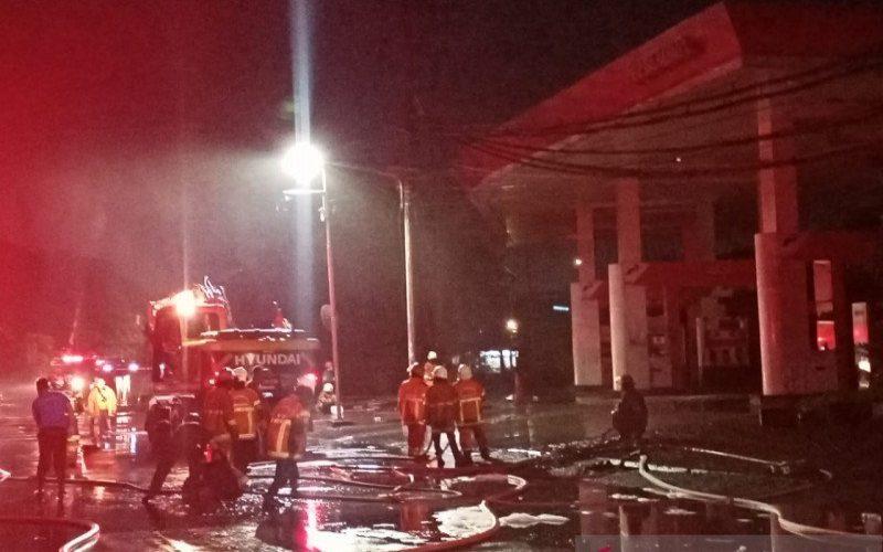 Petugas pemadam kebakaran di lokasi SPBU Margomulyo Surabaya, Minggu (24/1) malam. - ANTARA Jatim/Hanif Nashrullah