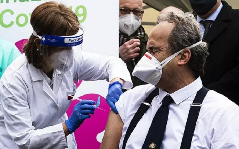 Giovanni Di Perri, dokter spesialis di Italia yang juga Direktur Departemen Penyakit Menular Savoia Hospital, disuntik vaksin Covid-19, pada Minggu (27/12/020) di Turin, Italia. - Antara/Reuters\r\n