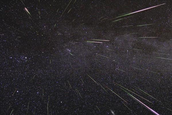 Ilustrasi - Semburan meteor Perseid menerangi langit malam pada Agustus 2009. - NASA