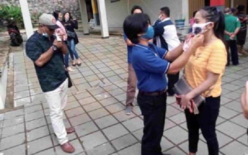Pelaku wisata Bandungan yang tergabung dalam Asosiasi Karyawan Pariwisata (Akar) membagikan masker kepada pengunjung Pasar Ngunut, Bandungan, Kabupaten Semarang, Sabtu (23/1/2021). - JIBI/Imam Yuda Saputra