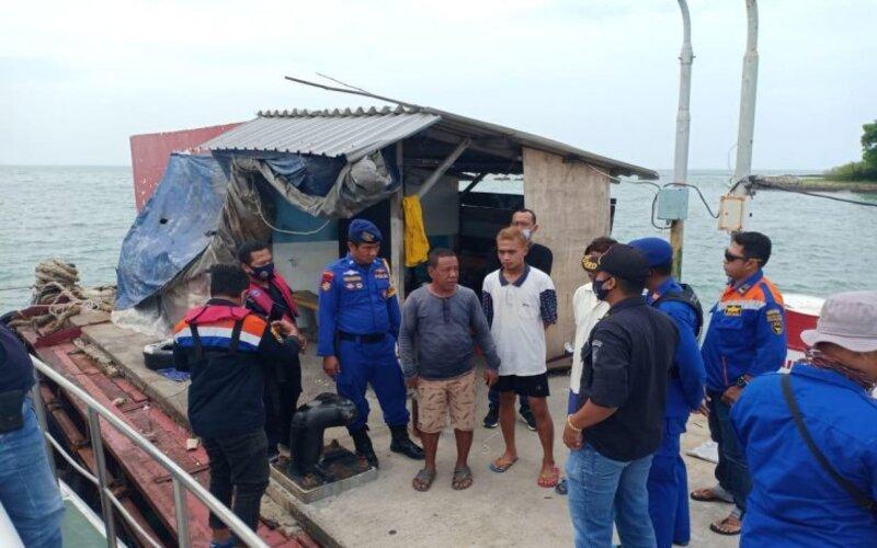 Aparat kepolisian dari Dirpolairud Polda Jatim saat melakukan evakuasi terhadap kru kapal pascatabrakan antara Kapal Motor (KM) Tanto Bersinar dengan Kapal TB Mitra Jaya XIX, Sabtu (23/1/2021). - Antara/Polda Jatim.